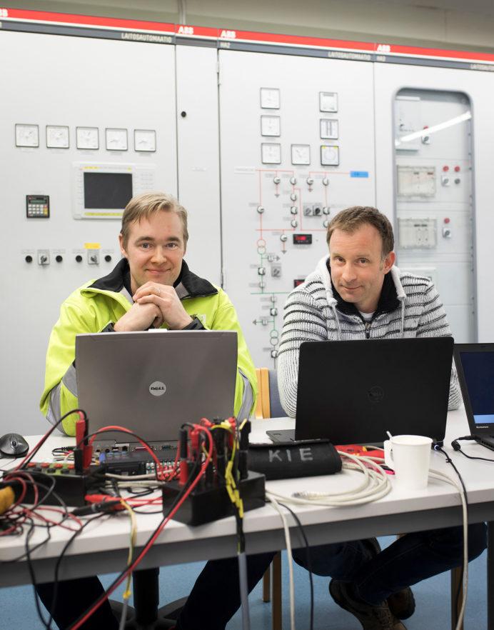 Tommi Hansen-Haug PVO-Vesivoimasta ja István Selek Oulun yliopistolta työskentelivät turbiinisäätäjän kehitystyössä.